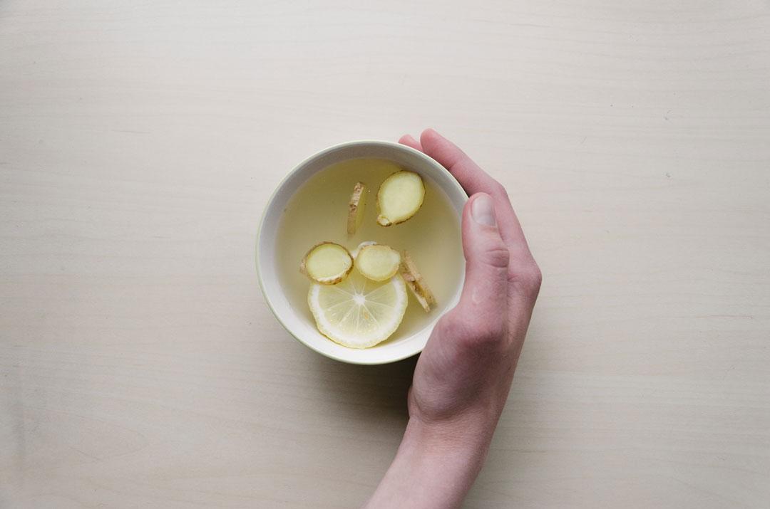 Tutti i benefici di acqua, zenzero e limone